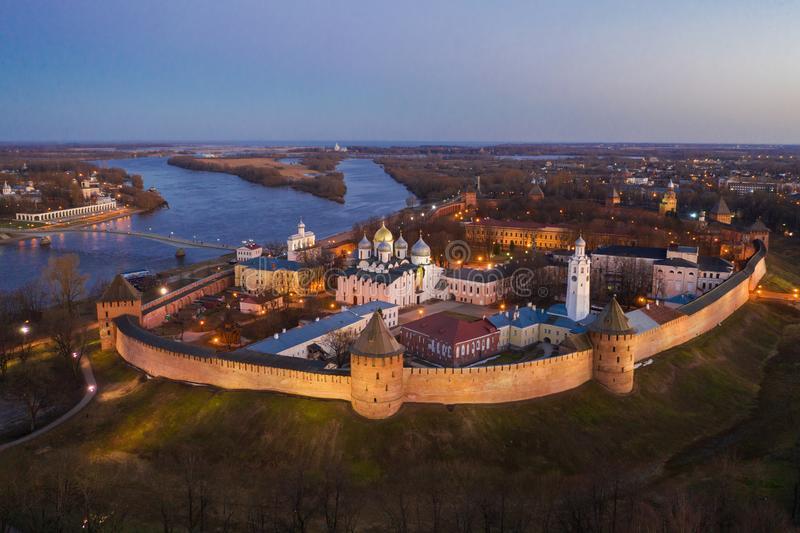 veliky-novgorod-la-vieille-ville-les-murs-antiques-de-kremlin-st-sophia-cathedral-endroit-touristes-célèbre-russie-148039689 Les murs du Kremlin de Novgorod.