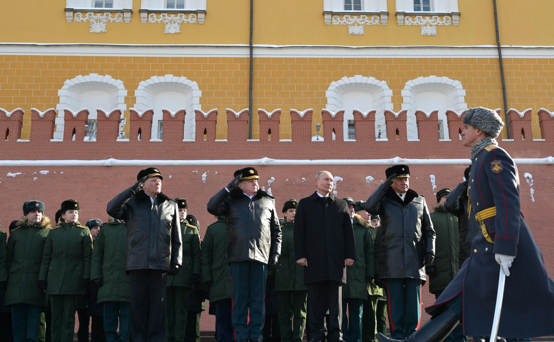 KREMLIN 5 WW 7 Le président a déposé une couronne sur la tombe du soldat inconnu à l'occasion de la Journée du défenseur de la patrie 23.02.2021