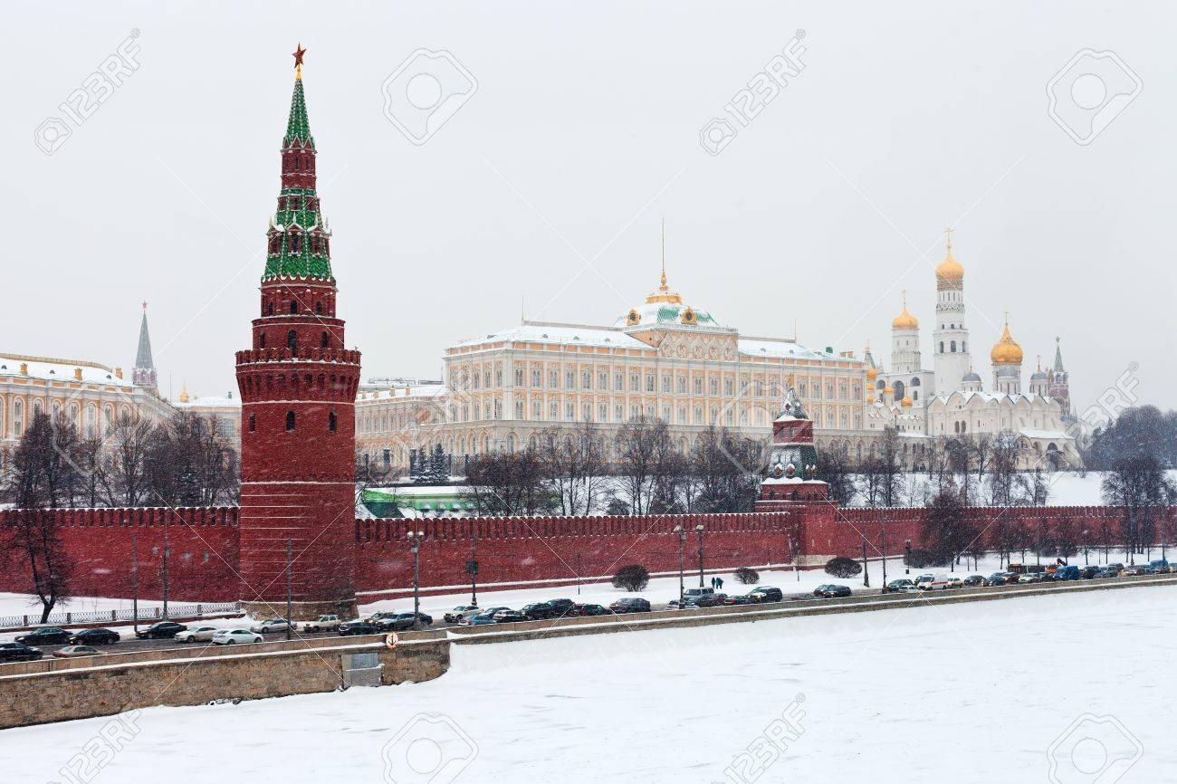 KREMLIN NEIGE 17590191-neige-à-moscou-vue-du-grand-palais-du-kremlin-et-du-kremlin-mur-et-une-tour-en-hiver