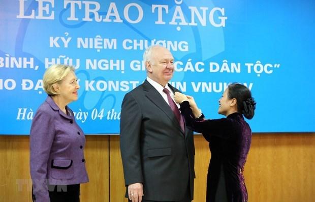 La présidente de l'Union des organisations d'amitié du Vietnam, Nguyen Phuong Nga, remet l'insigne Pour la paix et l'amitié entre les peuples à l'ambassadeur de la Fédération de Russie au Vietnam, Konstantin Vnukov. Photo VNA