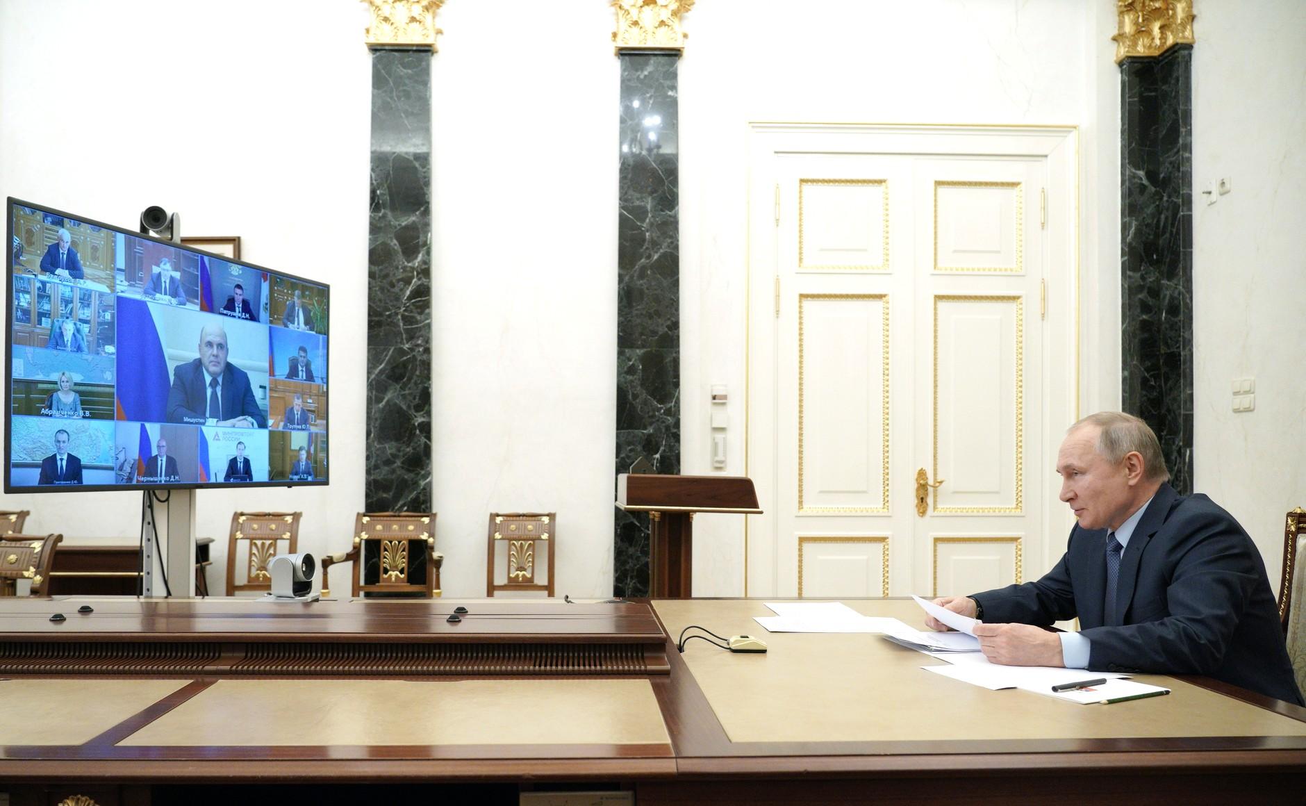 le 10 MARS 2021 KREMLIN 1 XX 2 Lors d'une réunion avec des membres du gouvernement (par vidéoconférence)