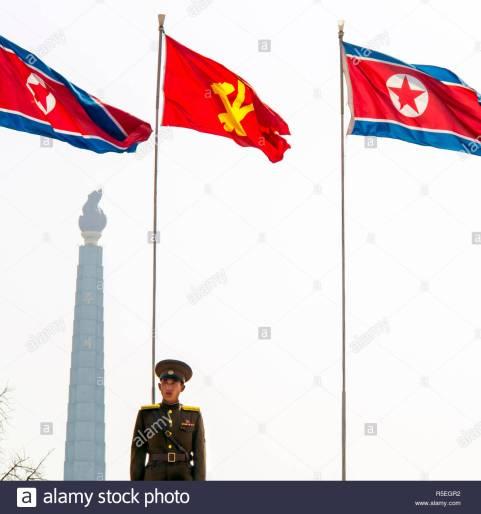 peuples-democratique-republique-populaire-democratique-de-coree-rpdc-la-coree-du-nord-pyongyang-la-tour-juche-symbole-de-l-idee-juche-ecrits-par-kim-il-sung-r5egr2