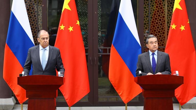 Sergueï Lavrov e Wang Yi assistent à une conférence de presse à l'issue de leur rencontre à Guilin, Chine, le 23 mars 2021. © Reuters MINISTÈRE