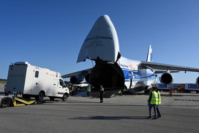 Un laboratoire destiné au dépistage d'Ebola est chargé dans un Antonov 124 à destination de Goma, en République démocratique du Congo, le 8 octobre 2019 à l'aéroport de Lyon-Saint-Exupéry. JEAN-PHILIPPE KSIAZEK AFP