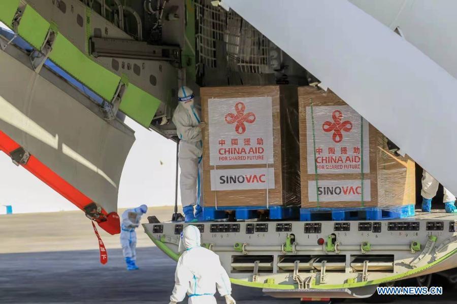 Un lot de vaccins Sinovac contre le COVID-19 offert par la Chine est arrivé dimanche aux Philippines
