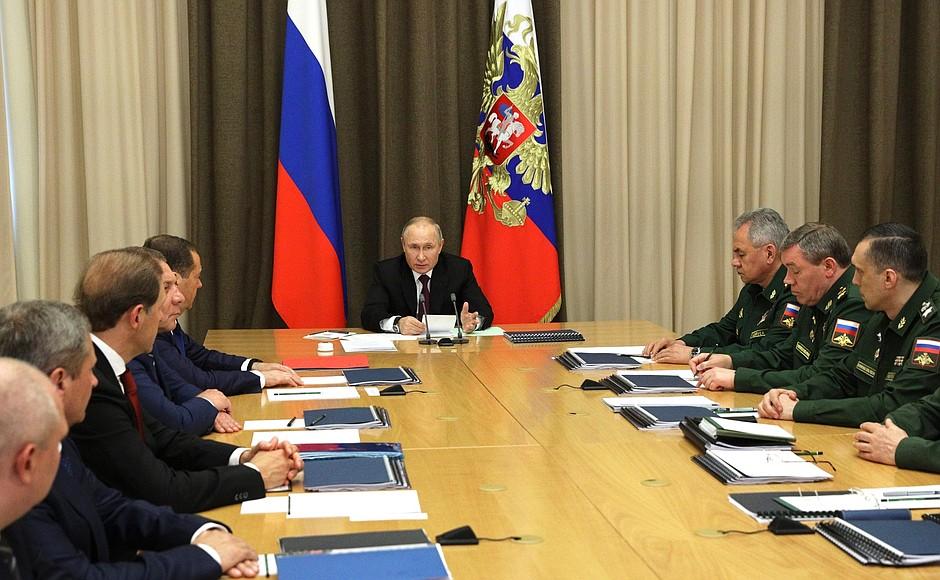 DEF. KREMLIN 1 XX 4 Rencontre avec les dirigeants du ministère de la Défense et les chefs d'entreprises de l'industrie de la défense - 25 mai 2021 – 15h25 - Sochi
