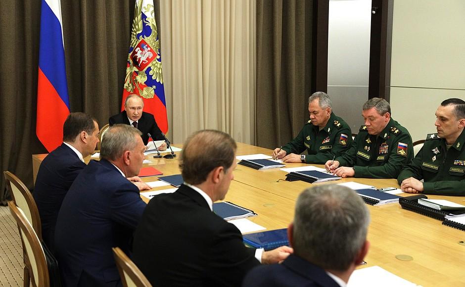 DEF. KREMLIN 2 XX 4 Rencontre avec les dirigeants du ministère de la Défense et les chefs d'entreprises de l'industrie de la défense - 25 mai 2021 – 15h25 - Sochi