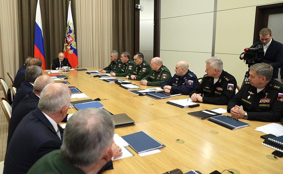 DEF. KREMLIN 4 XX 4 Rencontre avec les dirigeants du ministère de la Défense et les chefs d'entreprises de l'industrie de la défense - 25 mai 2021 – 15h25 - Sochi