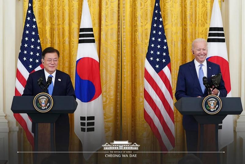Le président Moon et le président américain Joe Biden lors d'une conférence de presse conjointe à la Maison-Blanche à l'issue du sommet bilatéral, le 21 mai 2021.