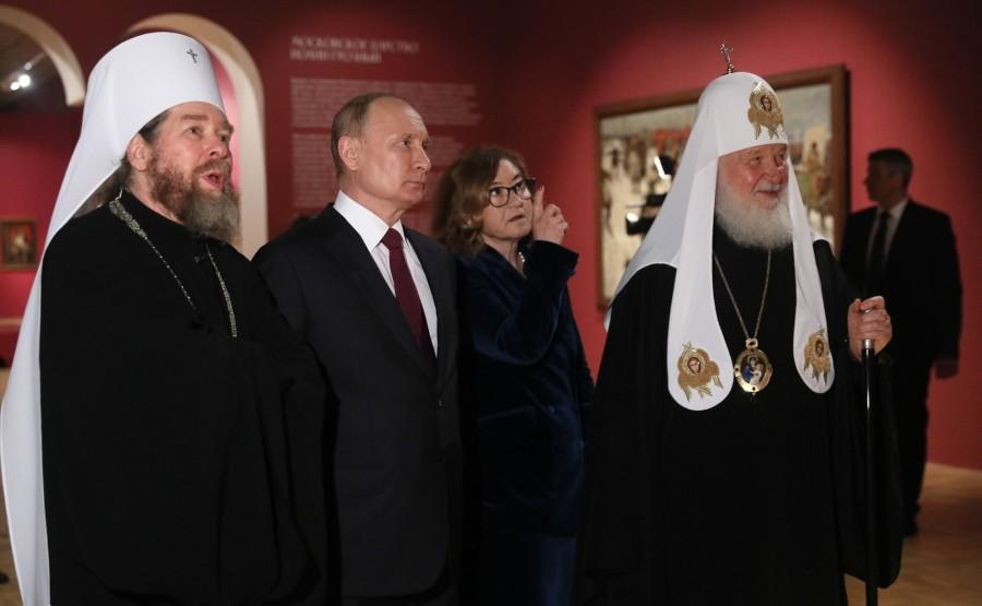 3S9 Avec le patriarche Kirill de Moscou et de toute la Russie (à droite), directeur général de la Galerie nationale Tretiakov Zelfira Tregulova et Tikhon, métropolite de Pskov et Porkhov, président du Conseil du patriarche pour