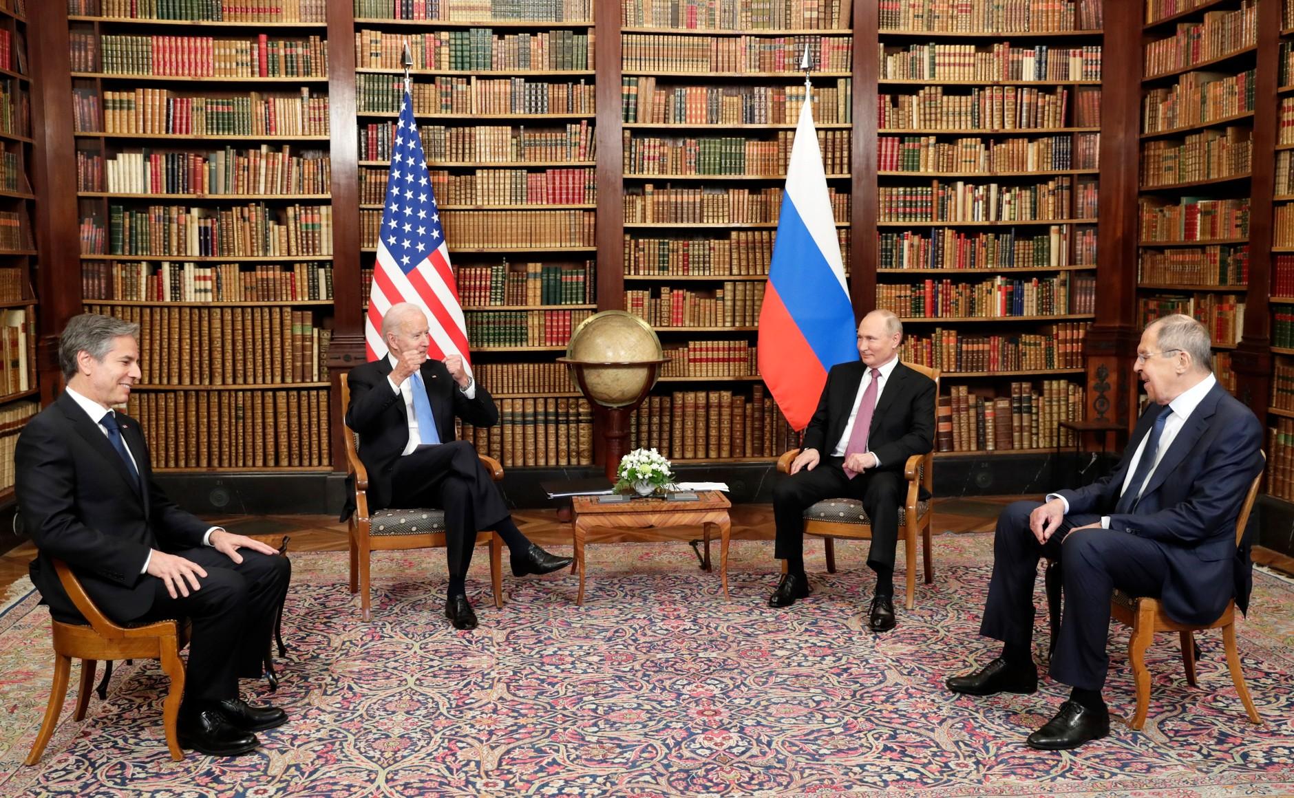 RUSSIE USA 12 X 16 Avec le président des États-Unis d'Amérique Joseph Biden avant les pourparlers russo-américains. Photo TASS