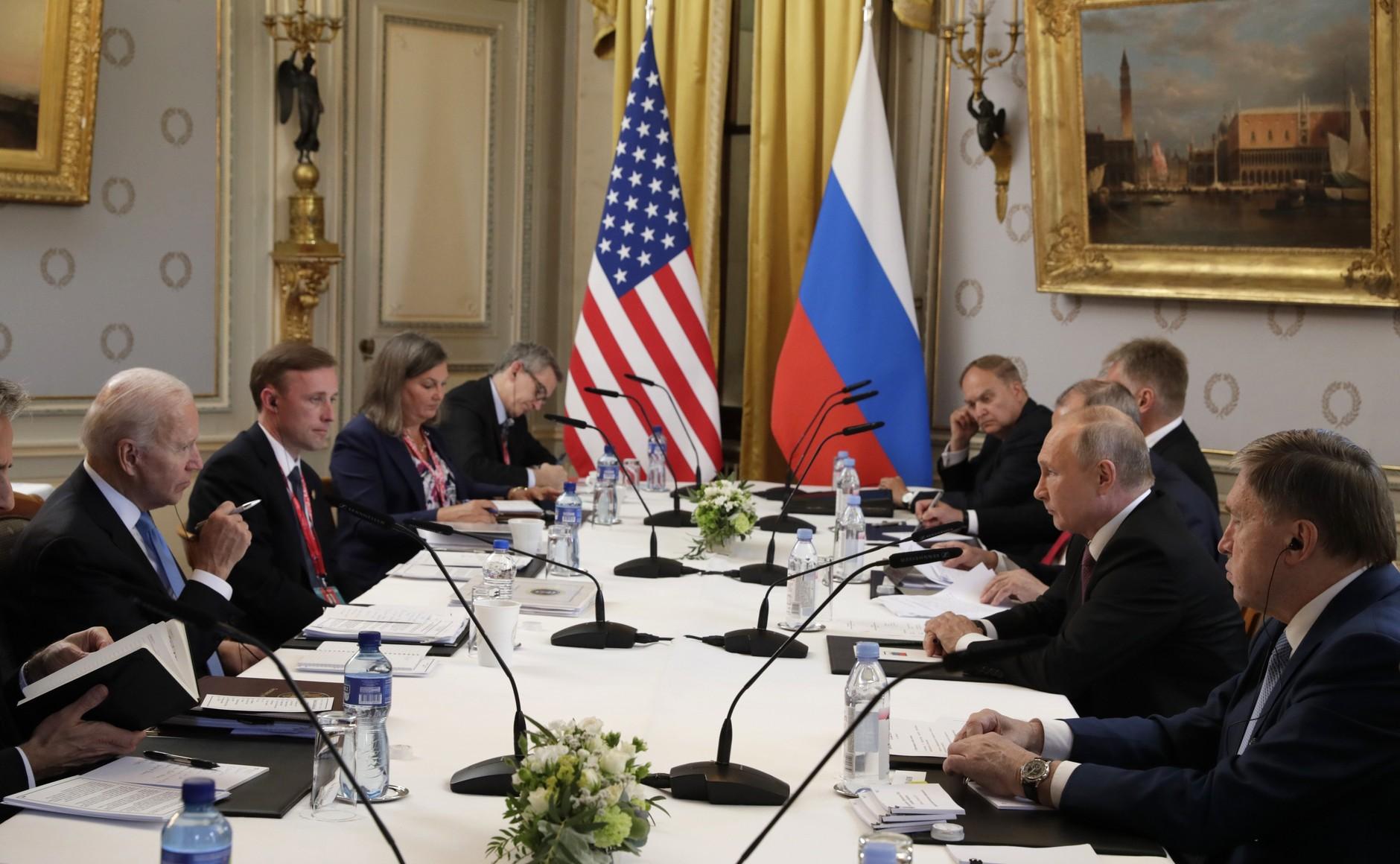 RUSSIE USA 15 X 16 Avec le président des États-Unis d'Amérique Joseph Biden avant les pourparlers russo-américains. Photo TASS