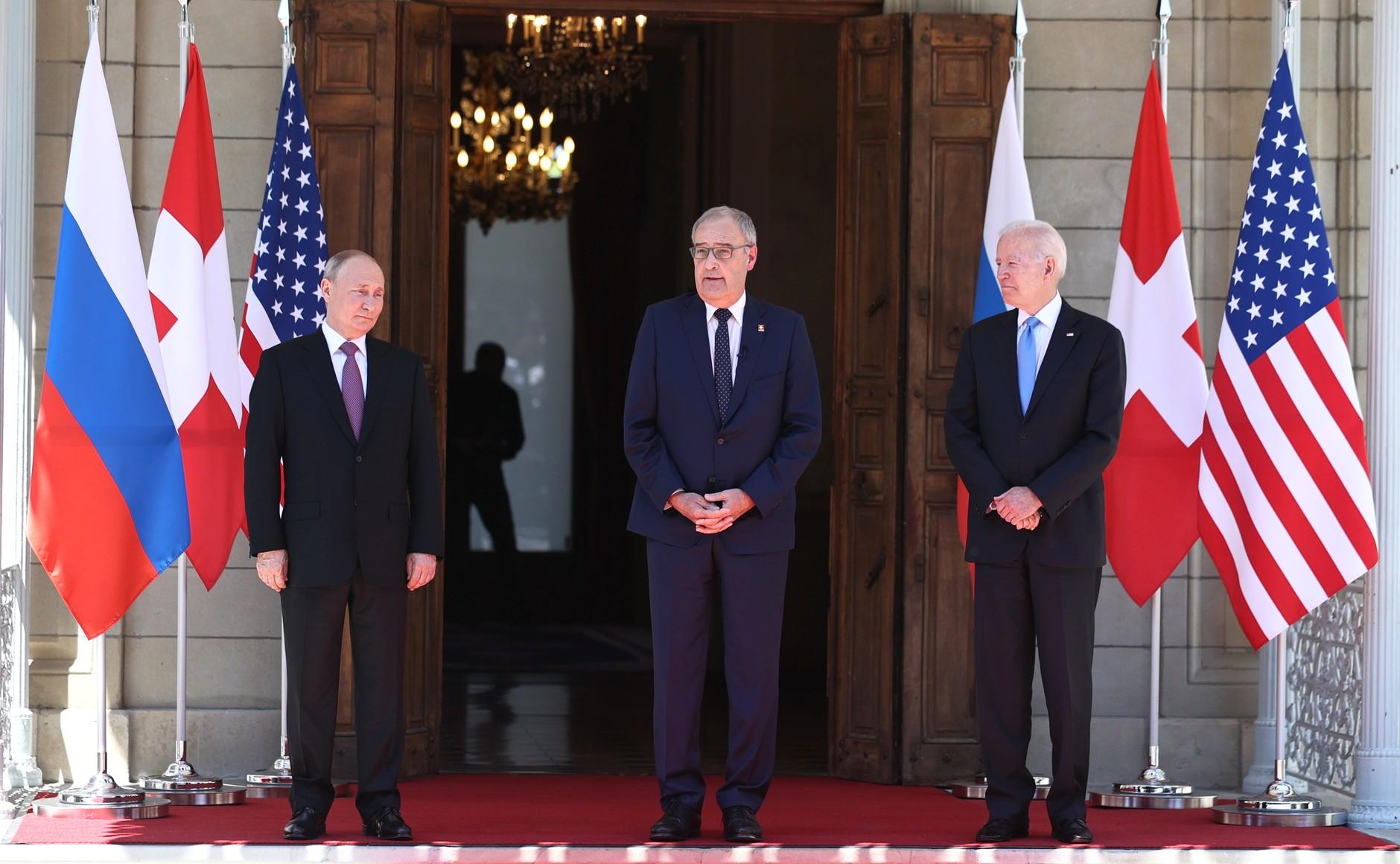 RUSSIE USA 4 X 16 Avec le président des États-Unis d'Amérique Joseph Biden avant les pourparlers russo-américains. Photo TASS + SUISSE