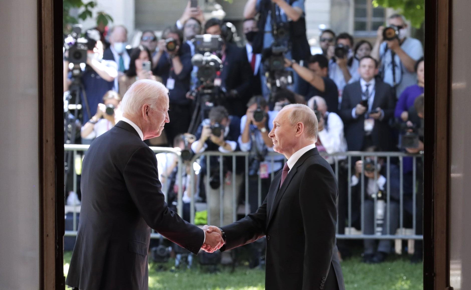 RUSSIE USA 6 X 16 Avec le président des États-Unis d'Amérique Joseph Biden avant les pourparlers russo-américains. Photo TASS