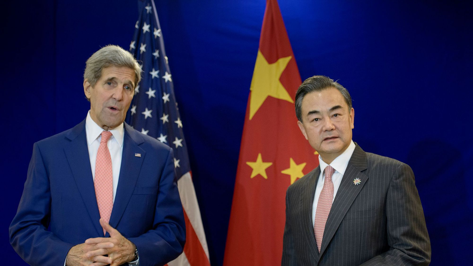 le-secretaire-d-etat-americain-john-kerry-et-son-homologue-chinois-wang-yi-lors-d-un-entretien-le-5-aout-2015-a-kuala-lumpur_5393131